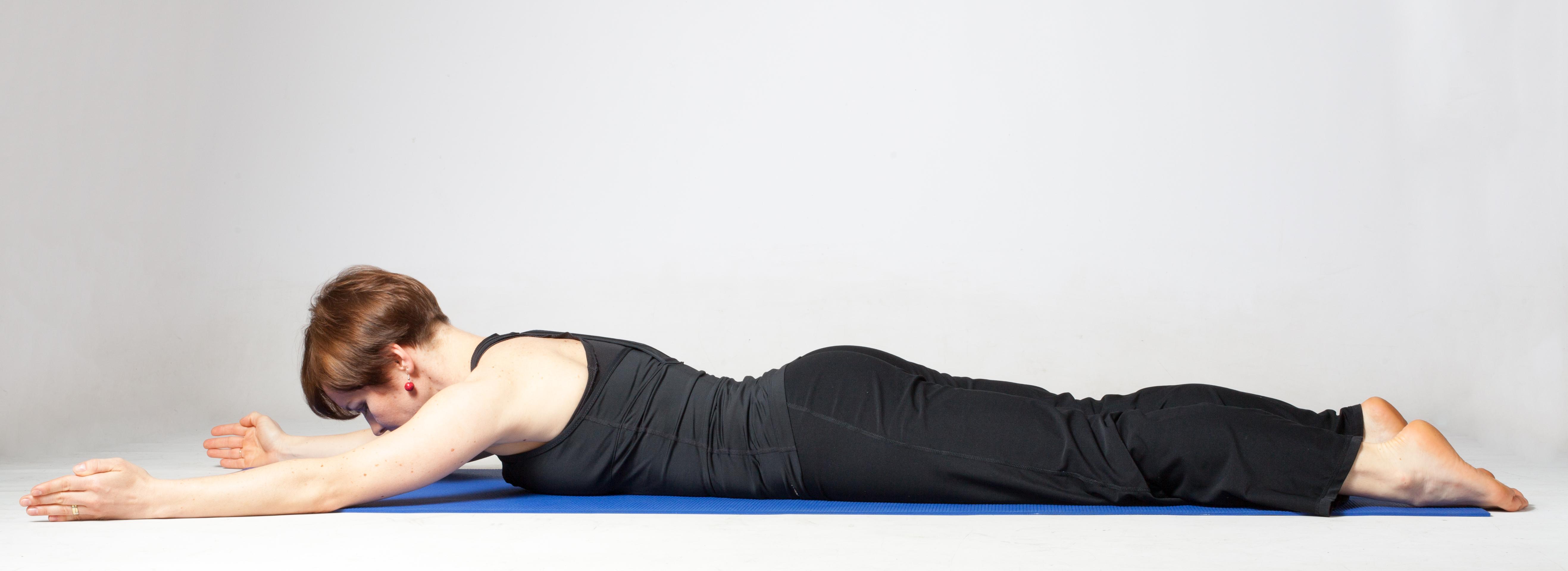 Výsledek obrázku pro Dva jednoduché cviky pro správné držení těla, které zvládnete i v kanceláři